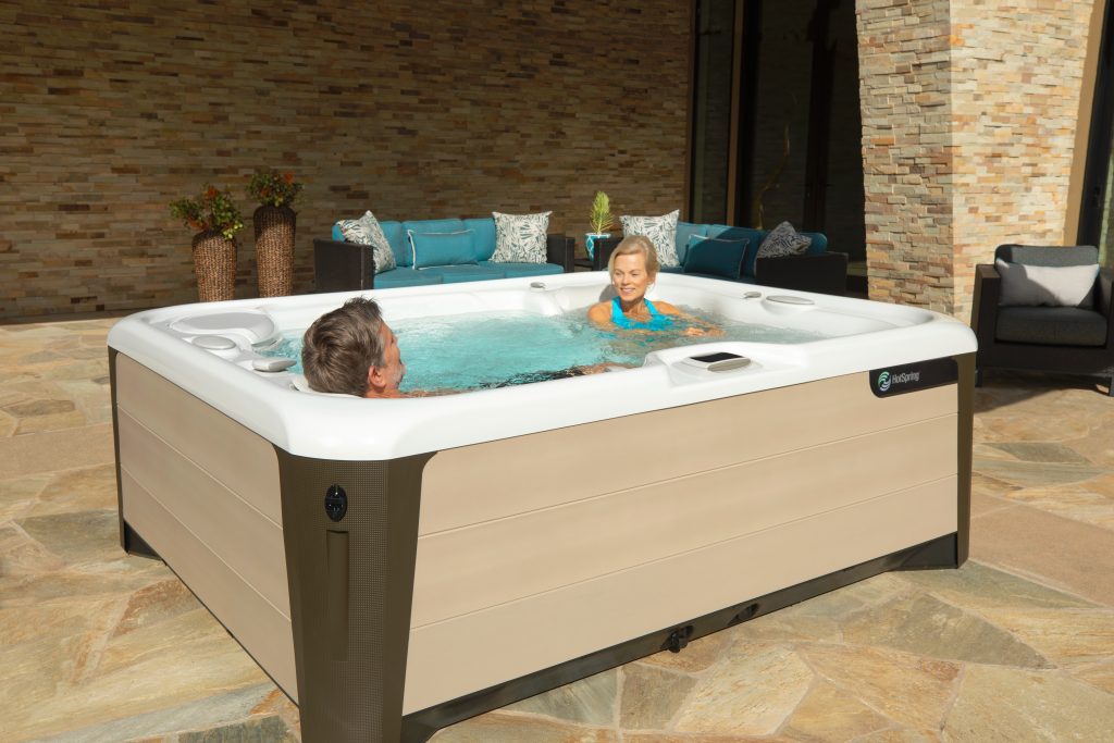 Hot-Spring-Highlife-Triumph-2019-AlpineWhite-SandStone-Lifestyle-Couple_01